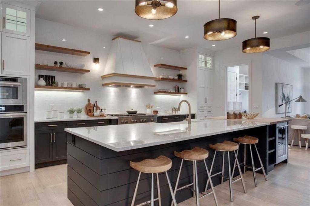 cozinha com ilha preta e branca.