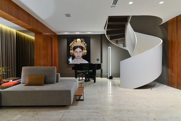Sala com piso de mármore.