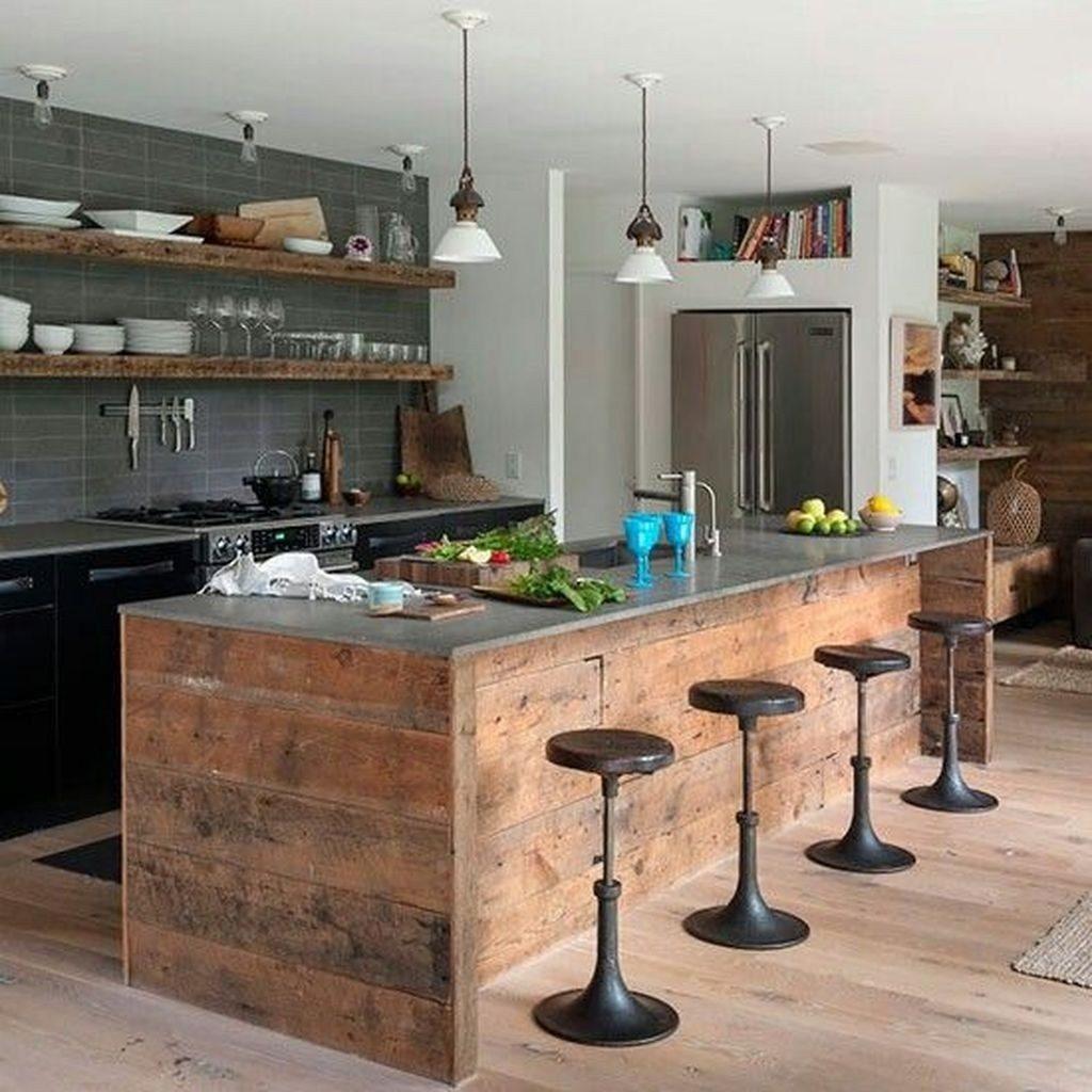 Cozinha com ilha de madeira rústica.