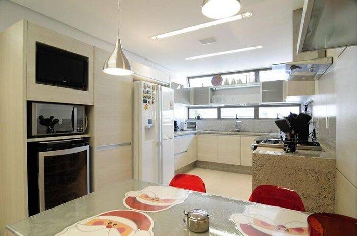 Cozinha com uso de granito.