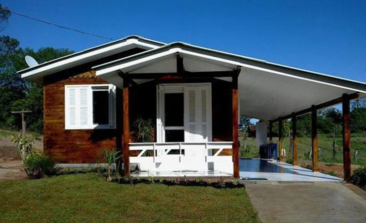 Casa de madeira com janelas brancas.