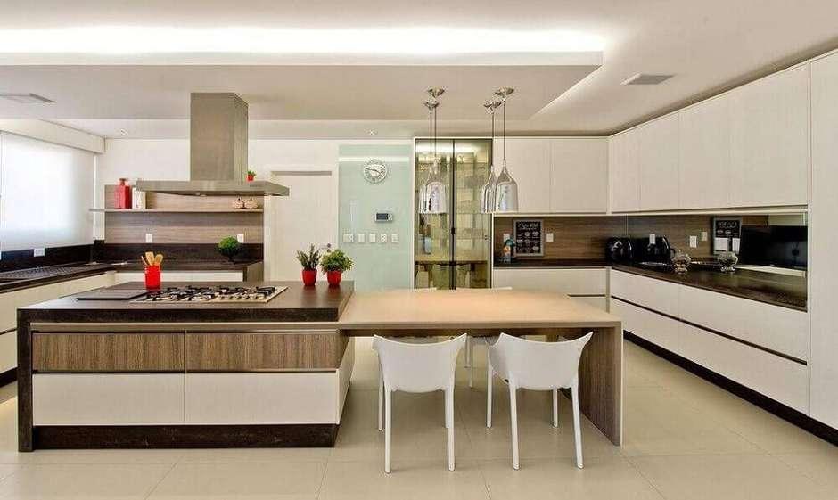 Cozinha com ilha e mesa.