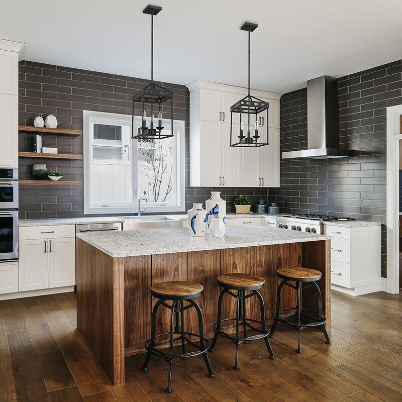 Cozinha com ilha de madeira.