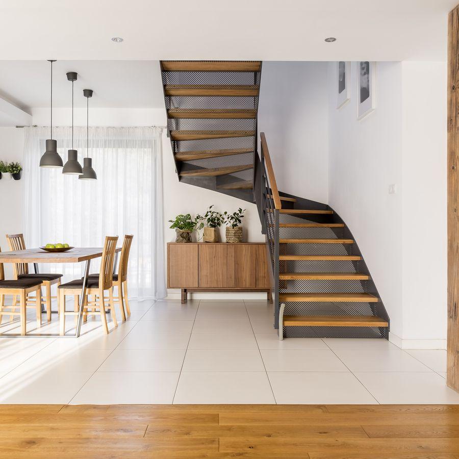 Escada com degraus de madeira e estrutura de ferro,