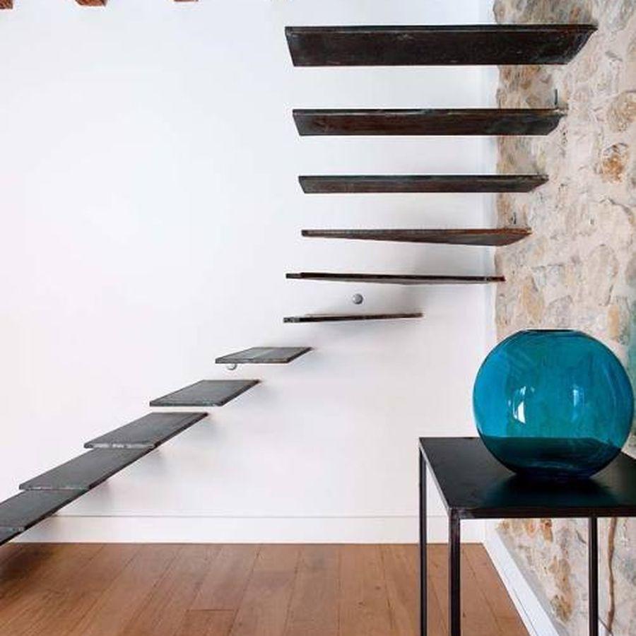Escada de madeira sem corrimão.