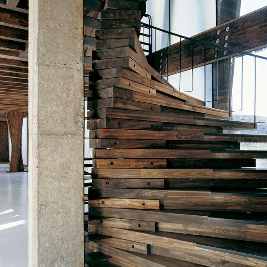Escada com madeiras rústicas