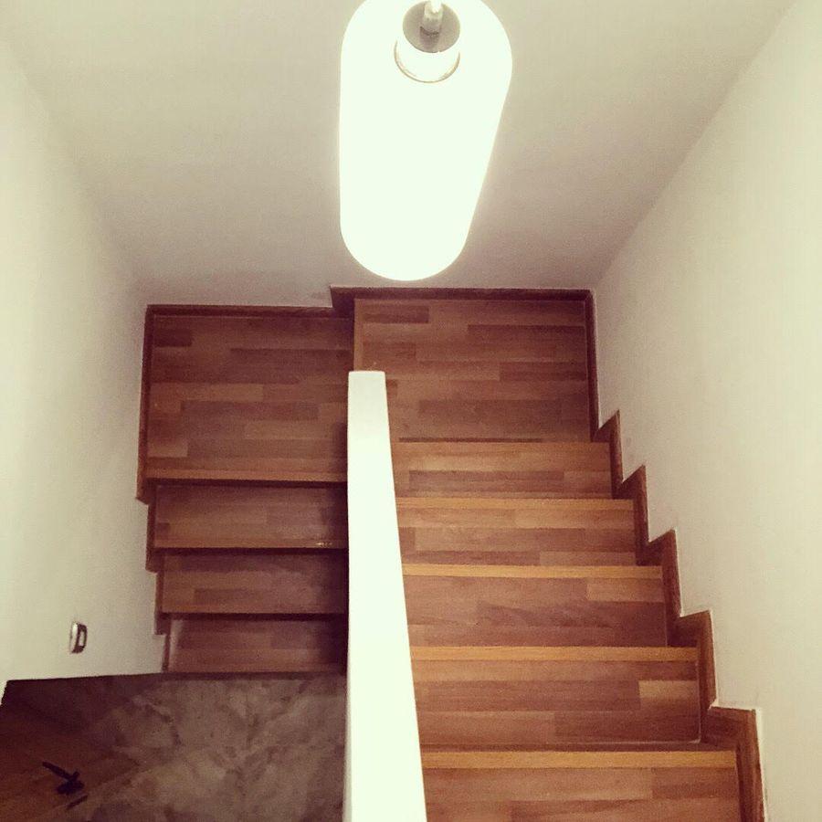 Escada de madeira embutida na parede.
