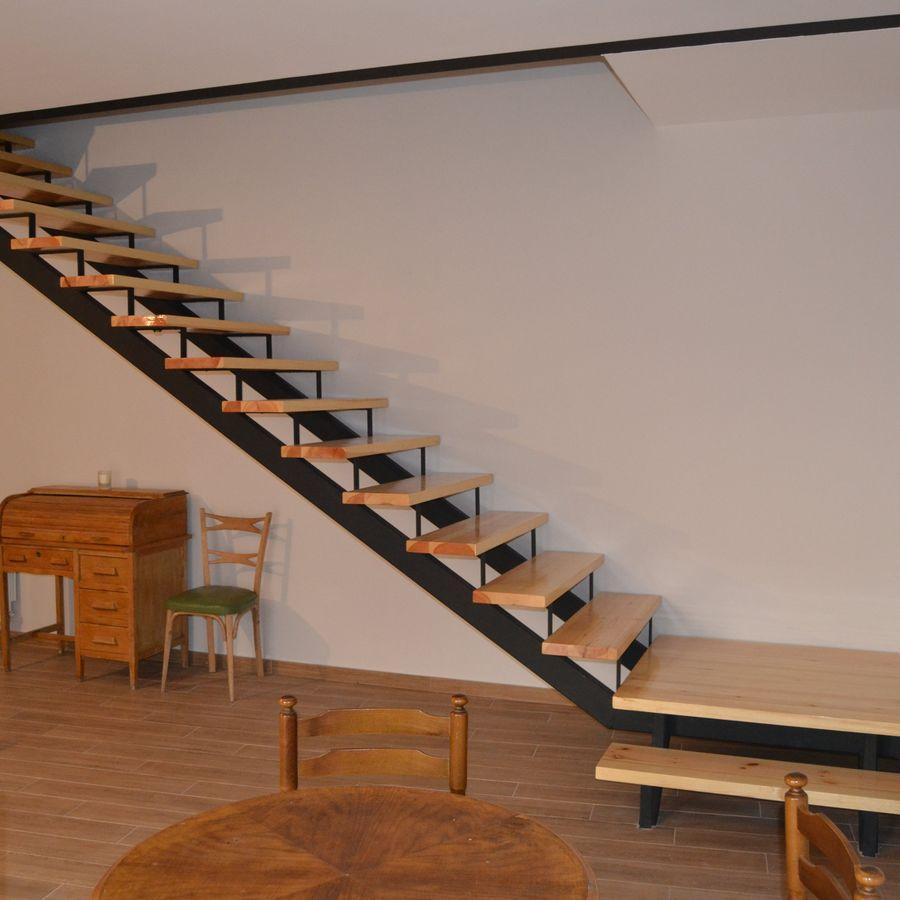 Escada de madeira com ferro.