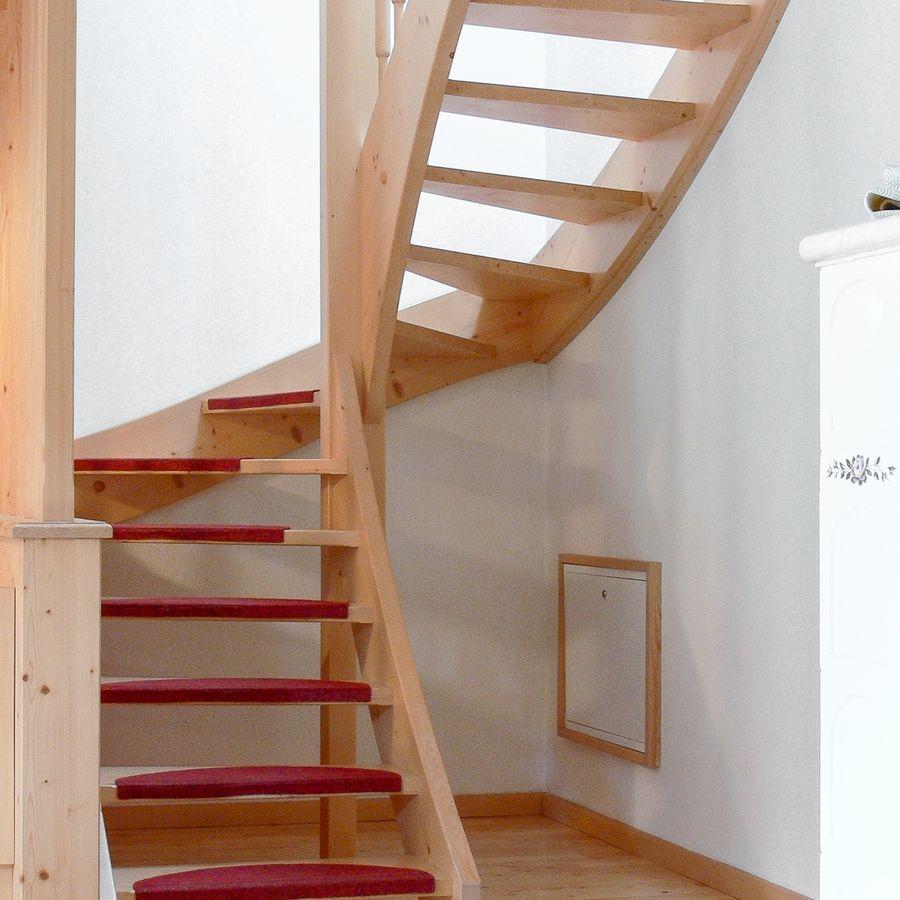 Escada toda construída em madeira.