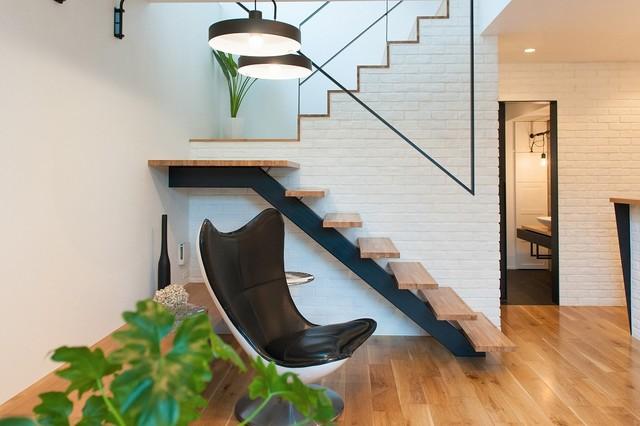 Escada de madeira com base de ferro.
