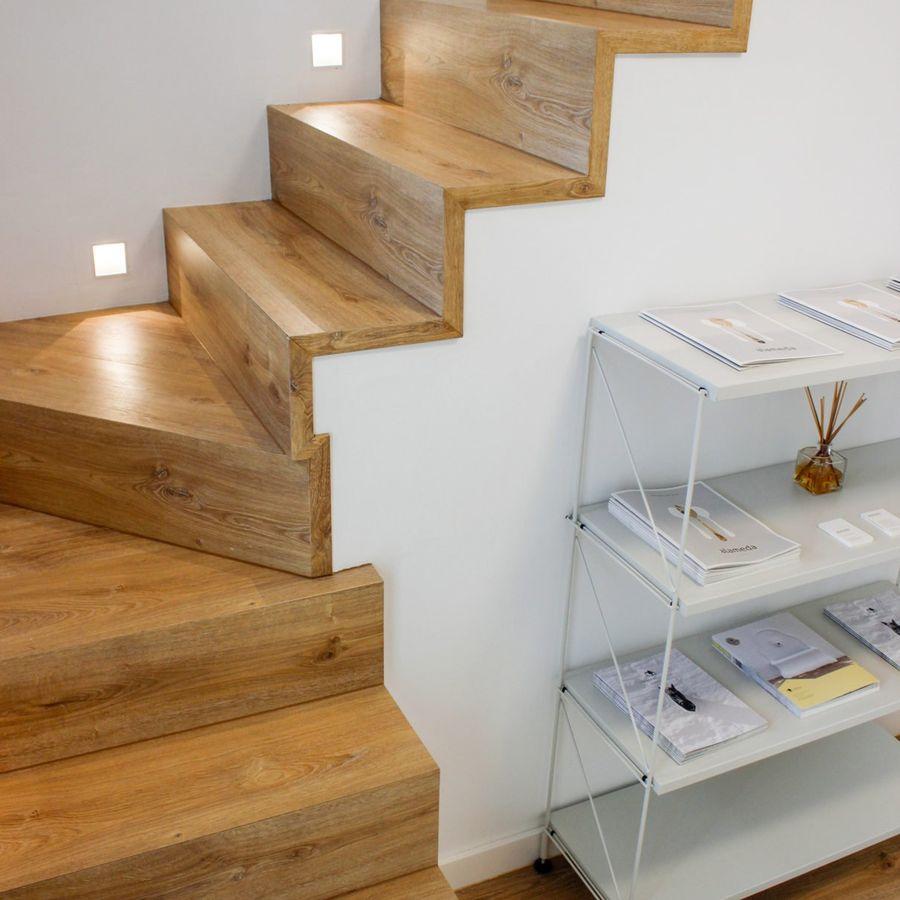 Escada de madeira com iluminação de spots.