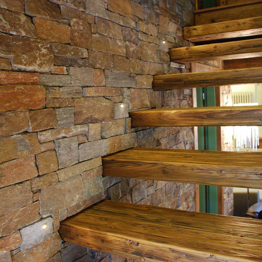 Escada rústica com degrau flutuante.