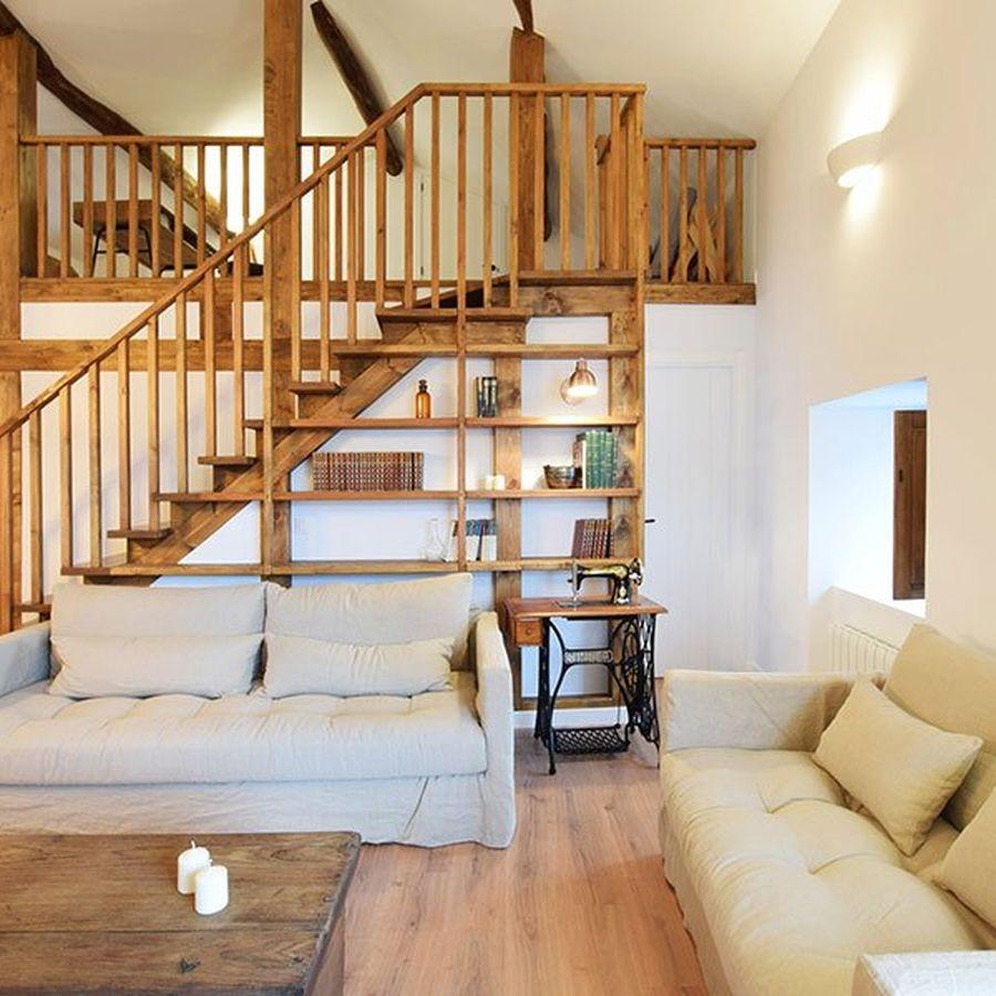 Escada toda de madeira.