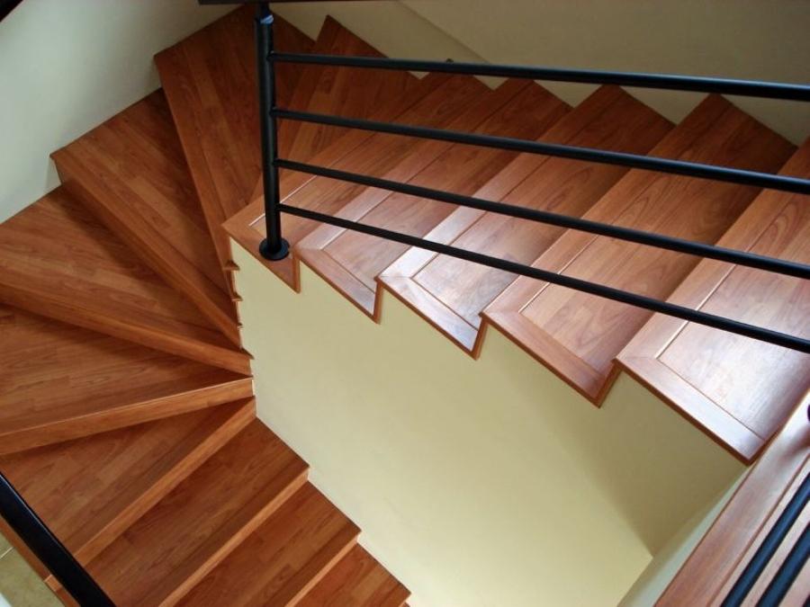 Modelo de escada de madeira escura.