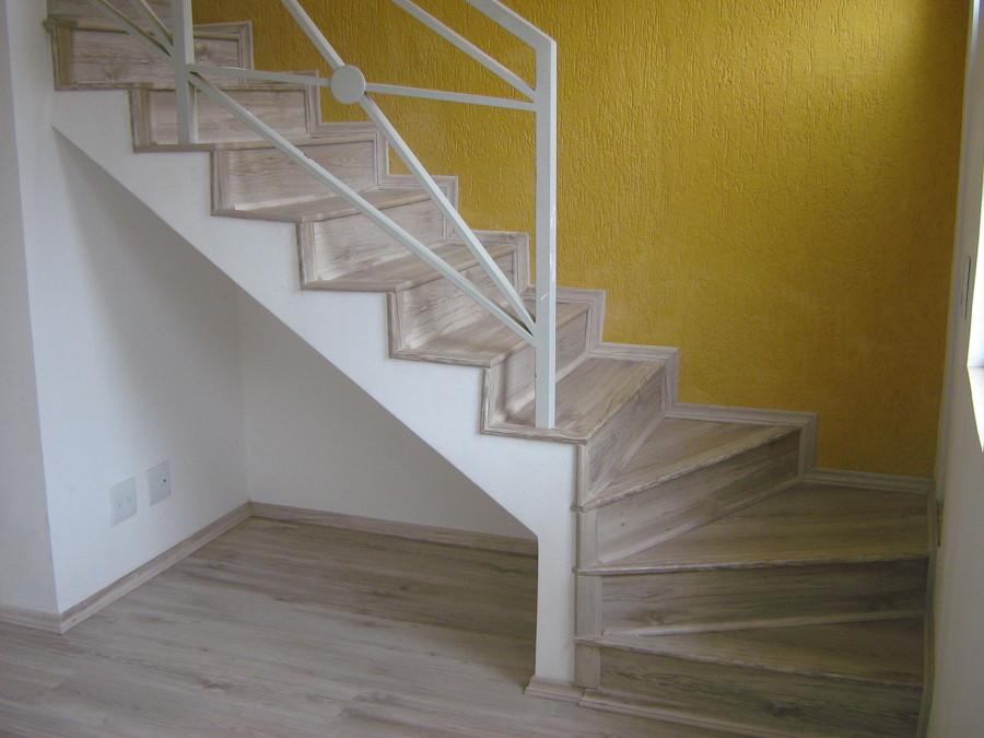 Modelo de escada de madeira clara.