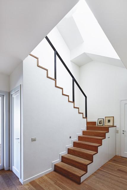 Escada em dois sentidos, usando madeira e ferro.