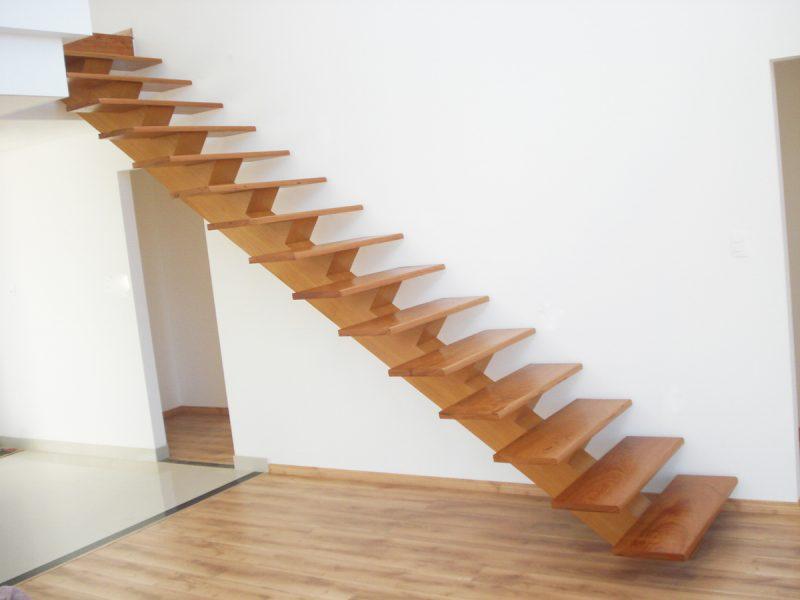 Escada de madeira com estrutura minimalista.