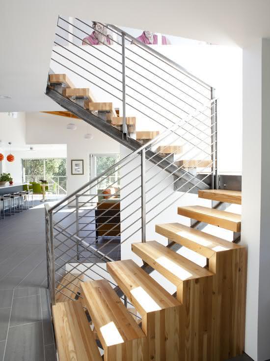 Escada de madeira e ferro.