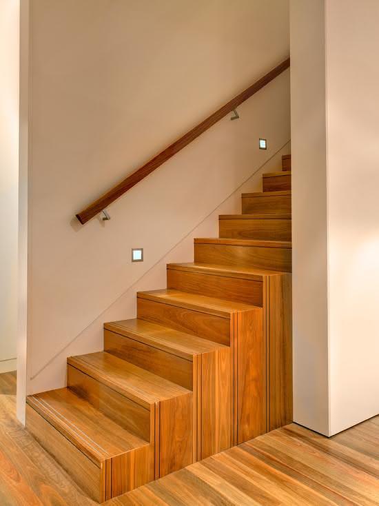 Escada de madeira com linhas retas.