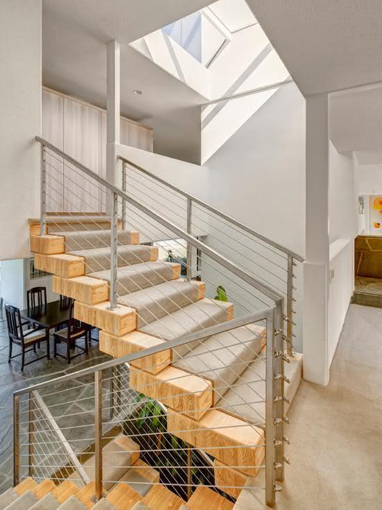 Escada com corrimão de ferro.