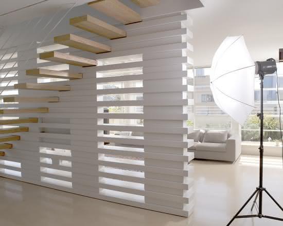 Escada de madeira com paredevazada.