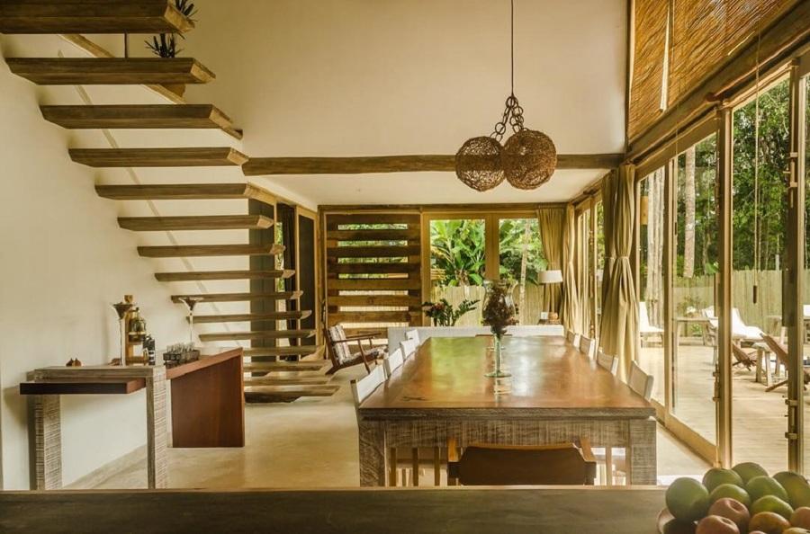 Escada de madeira sem corrimão;