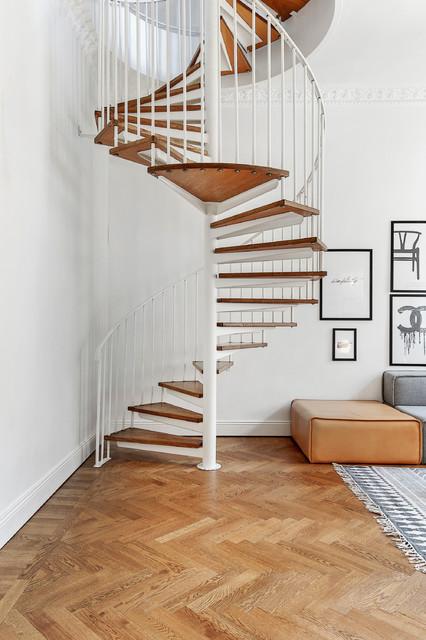 Escadas de madeira em formato caracol.