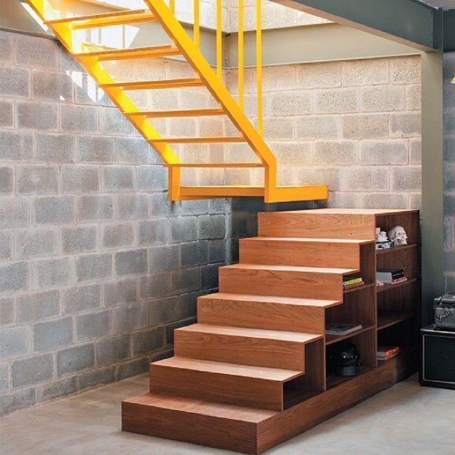 escada de madeira com escada de ferro.