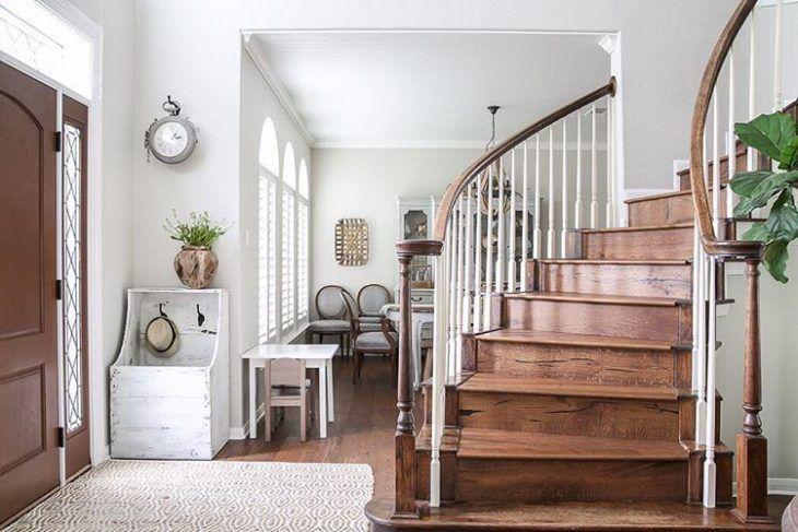 Escada de madeira clássica.