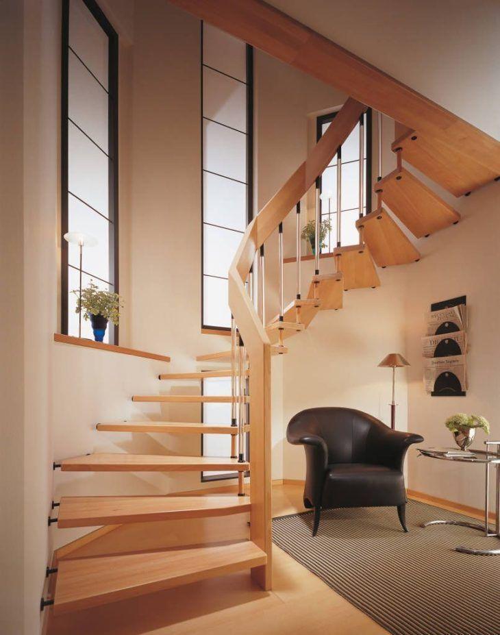 Escada moderna de madeira.