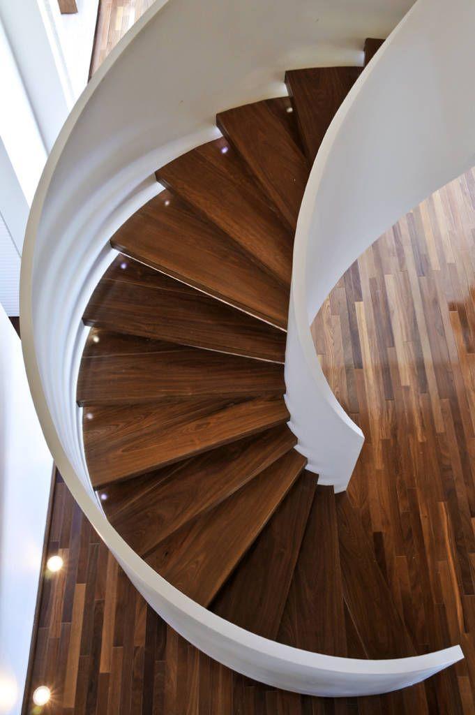 Escada caracol de madeira rústica.