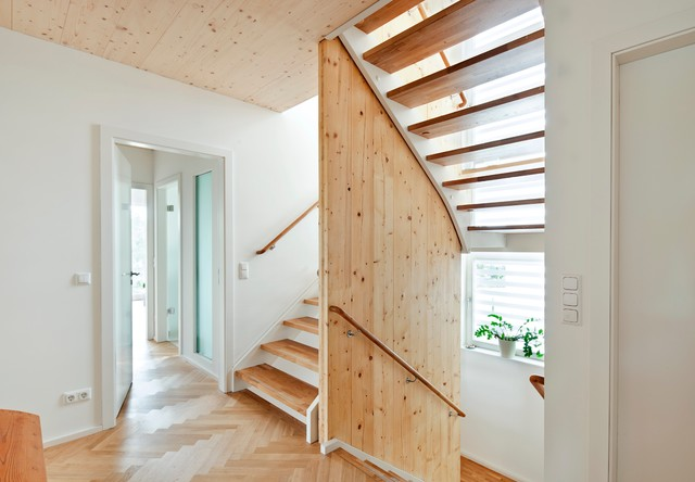 escada com guarda corpo de madeira.
