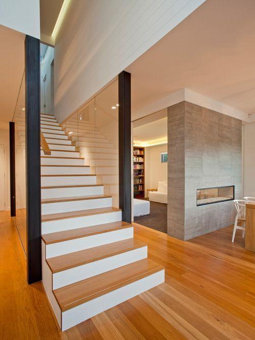 escada de madeira reta
