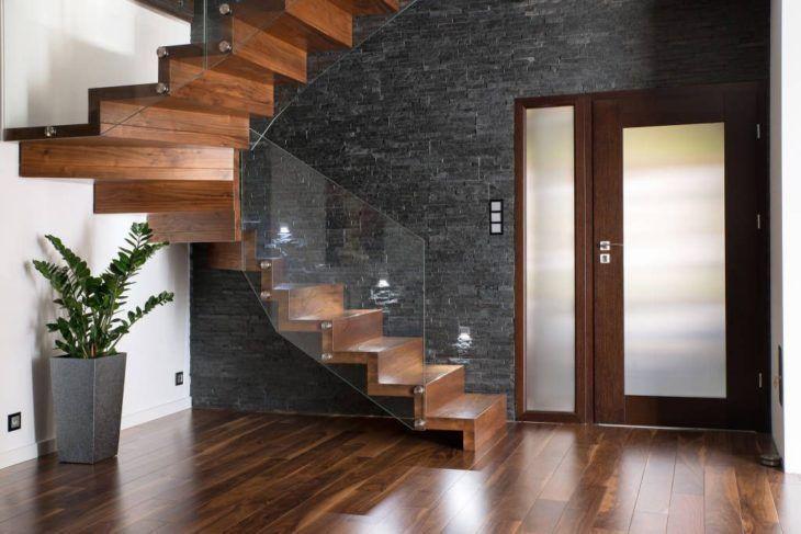 Escada de madeira com corrimão de vidro.