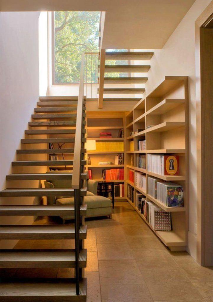 Escada de madeira simples.
