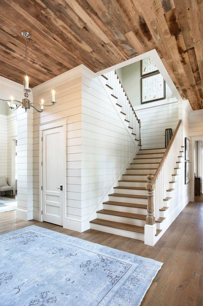 Escada de madeira combinando com o teto.