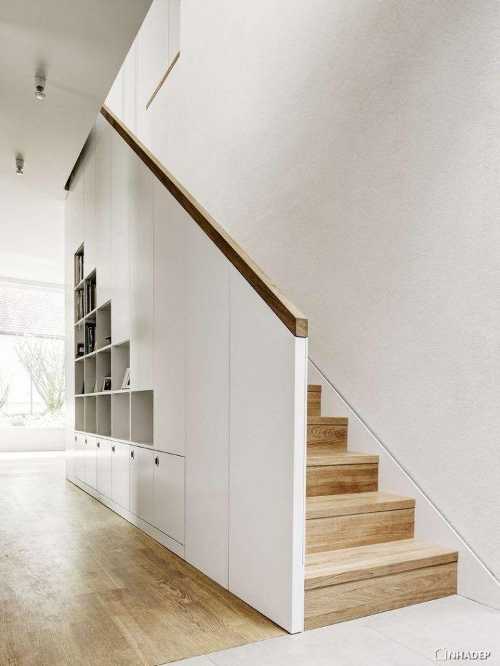 Escada com parede branca.