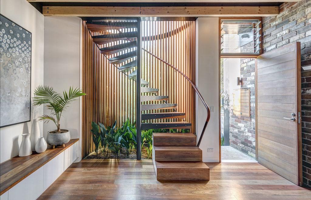 Escada de madeira em caracol.