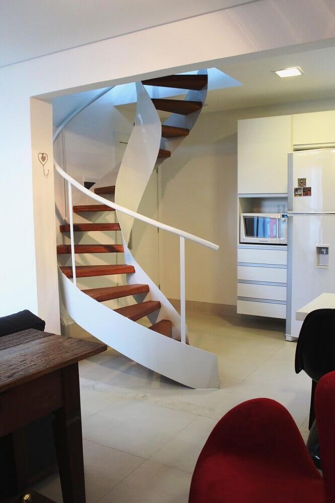 Escada em caracol de madeira.