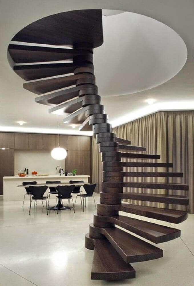 Escada de formato em madeira escura.
