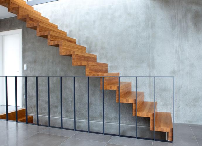 Escada de madeira em parede de concreto.