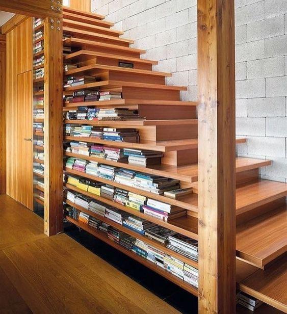 Escada usada como prateleira.