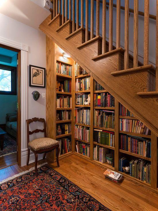 Escada de madeira com prateleira embaixo.