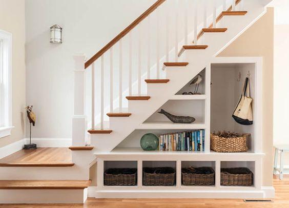 Escada com decoração.