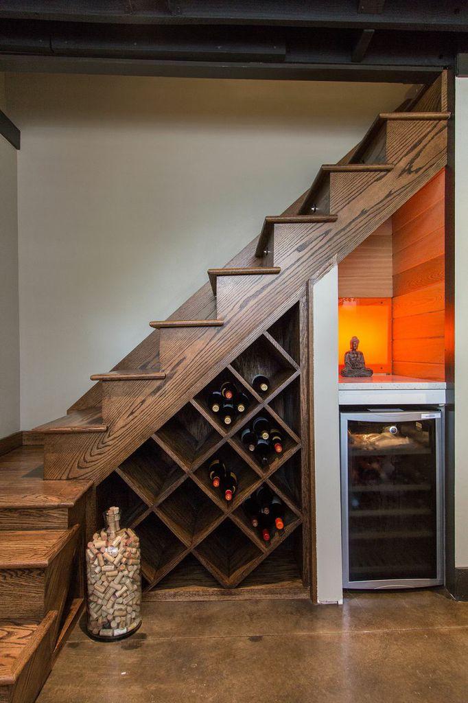 Escada de madeira com adega embaixo.