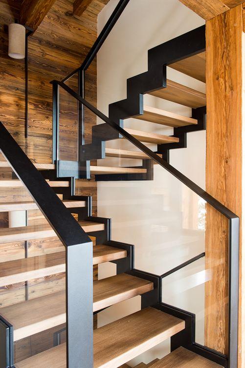 Escada com corrimão vidro e ferro.
