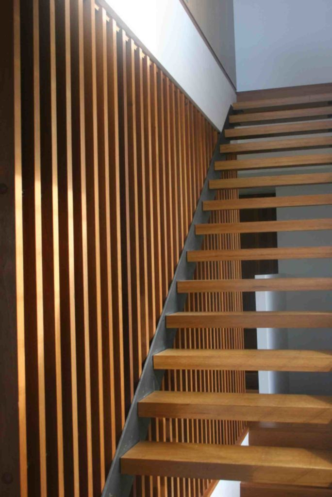 Escada e parede de madeira.