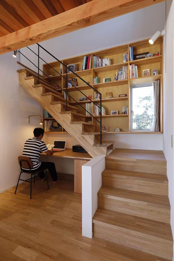 mini-office de baixo da escada de madeira e prateleiras no decorrer