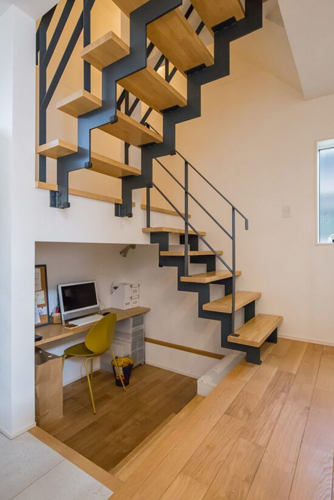 Escada com estrutura de ferro.
