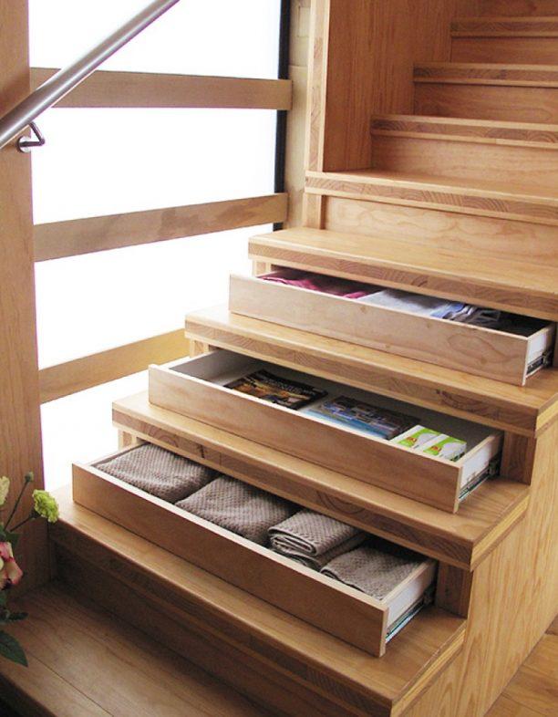 Escada com gaveteiro.